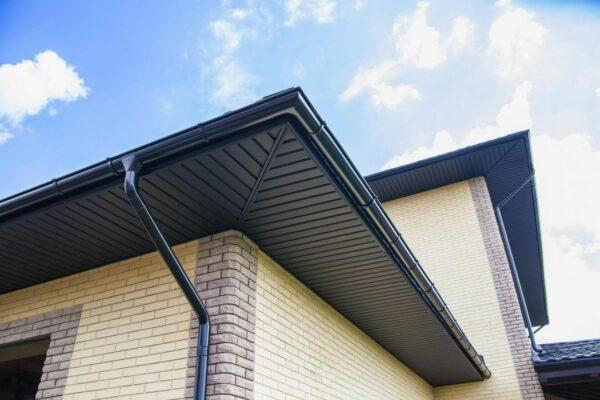 Подшивка свесов крыши – для чего нужна и важные нюансы выбора
